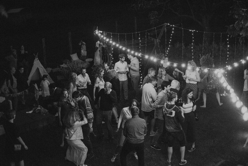 Hochzeit im Garten unter Girlanden