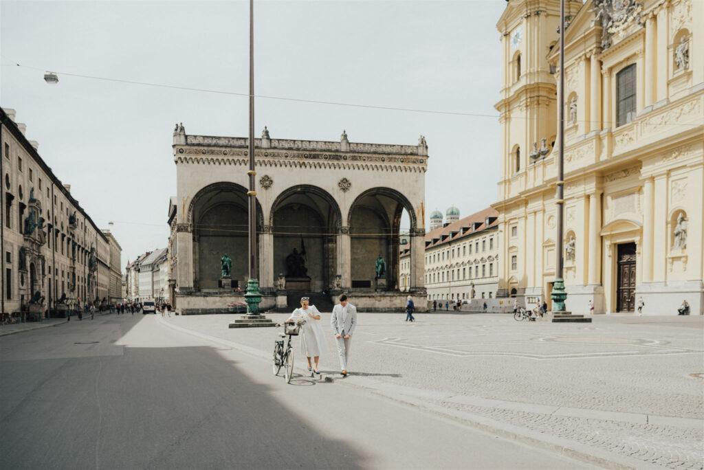 Brautpaar schlendert über den Odeonsplatz München