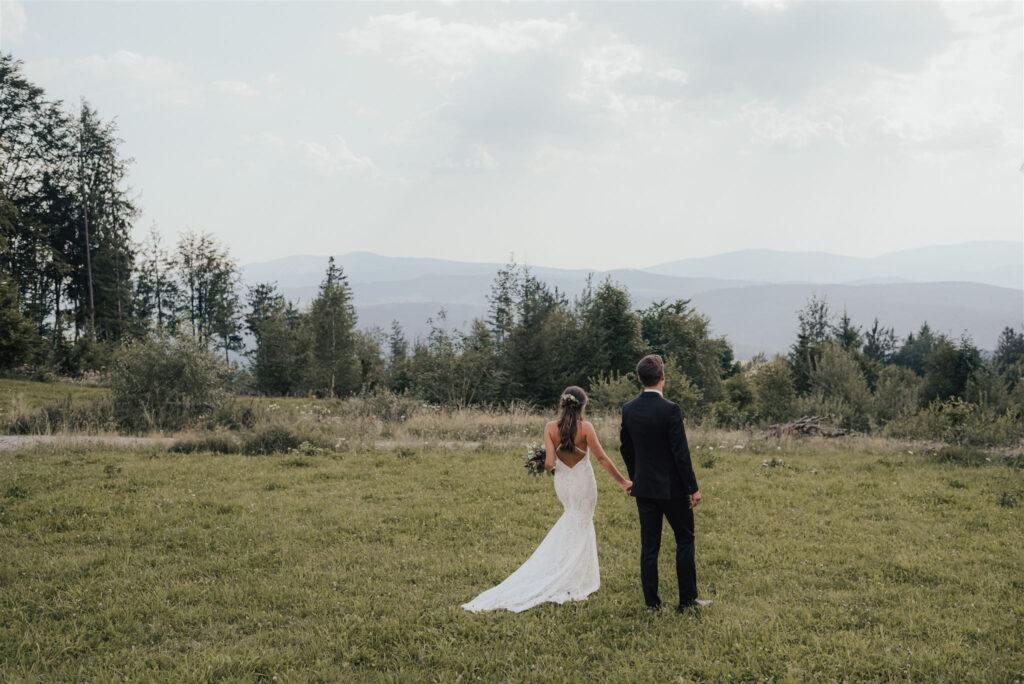 Verliebtes Brautpaar schlendert durch Park