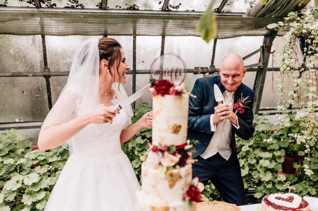 Brautpaar albert rum beim Anschneiden der Hochzeitstorte