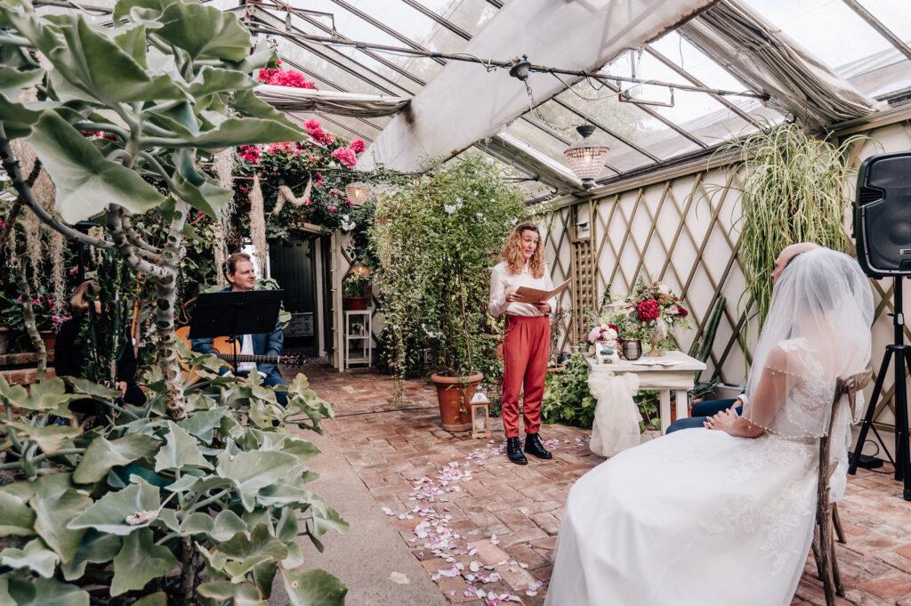Freie Trauung Allgäu Carolin Imgrund in einem Gewächshaus