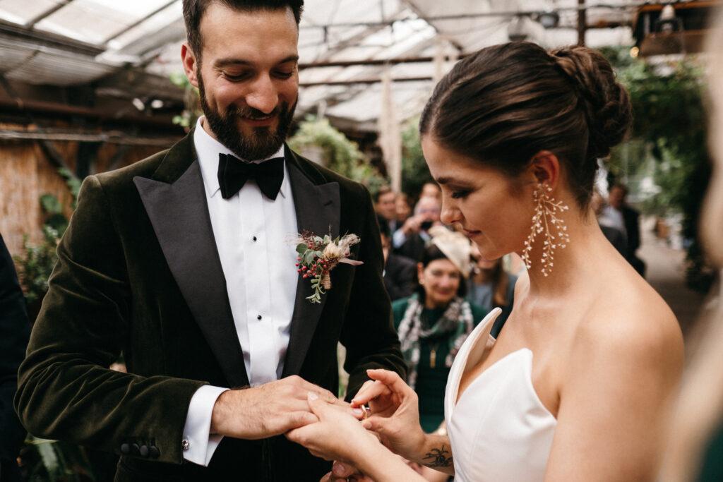 Brautpaar beim Ringwechsel