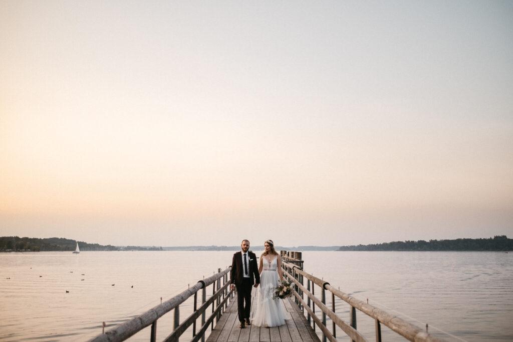 Hochzeitspaar auf einem Steg am Chiemsee