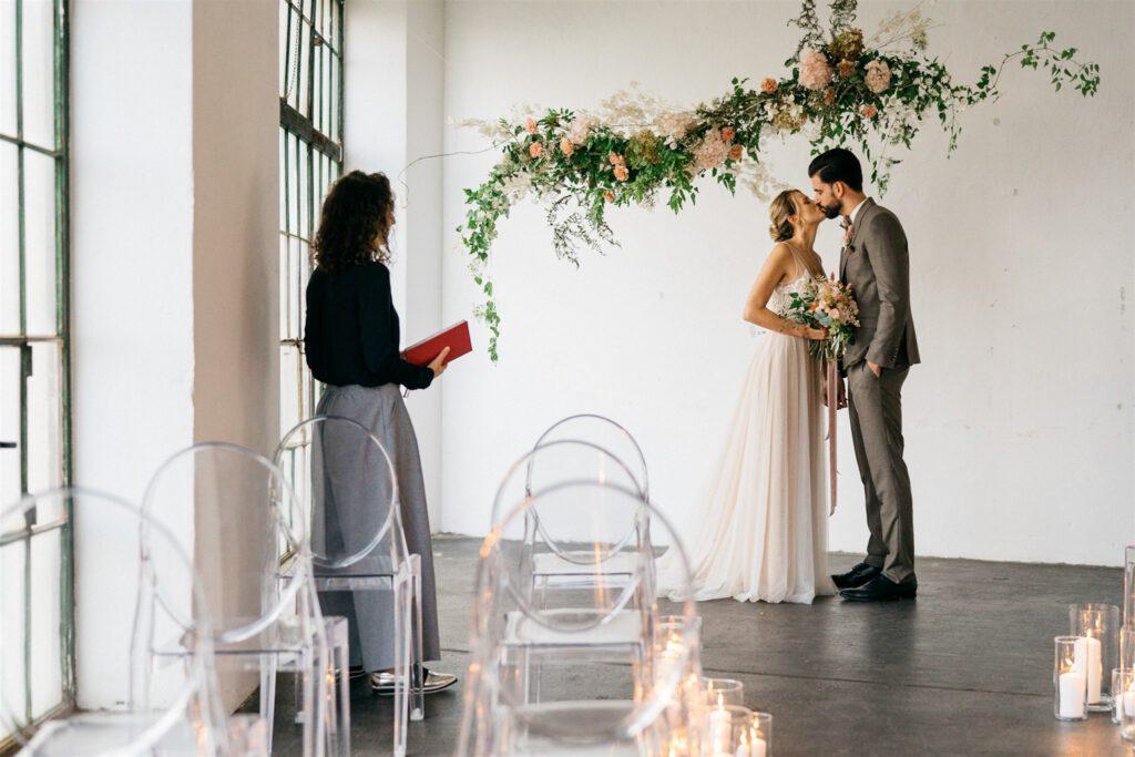 Brautpaar unter Traubogen | Freie Trauzeremonie | Strauß & Fliege