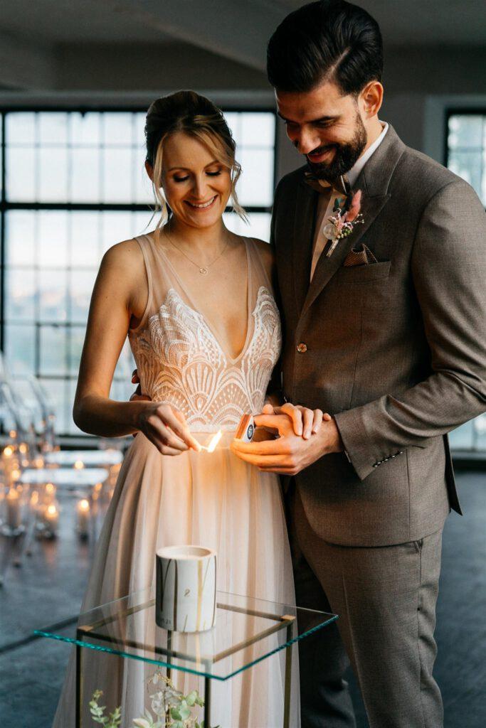 Freie Trauung | Brautpaar zündet Traukerze | Strauß & Fliege