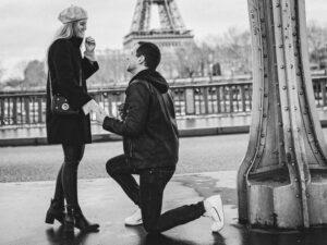 Heiratsantrag unter dem Eifelturm in Paris