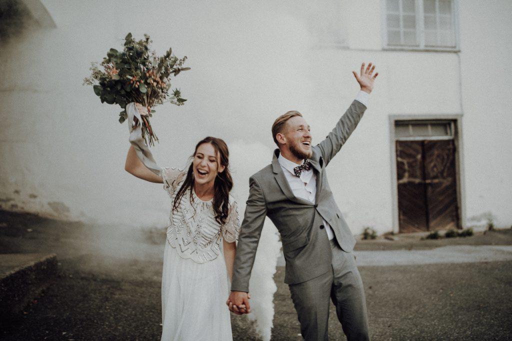 Jubelndes Brautpaar | Wunderschöne freie Trauung | Strauß & Fliege