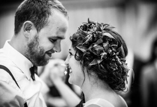 Erster Tanz von Hochzeitspaar in München   Strauß & Fliege